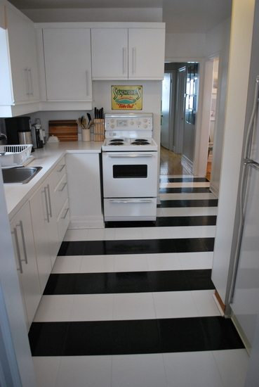 installing vinyl tile in a stripe pattern