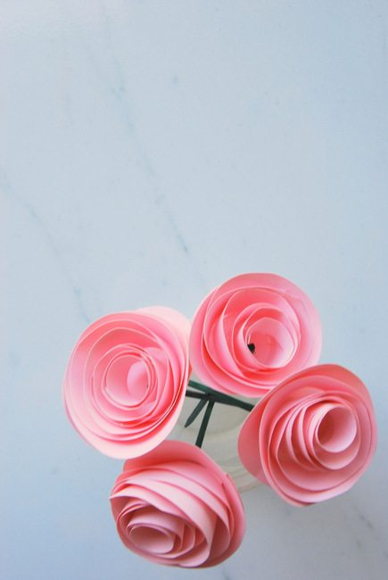paper flower tutorial - via the sweetest digs
