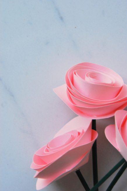 paper flower tutorial - via the sweetest digs