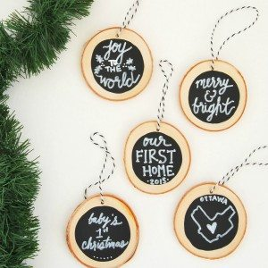 How to make DIY chalkboard wood slice christmas ornaments. Super easy and a great handmade gift idea!!
