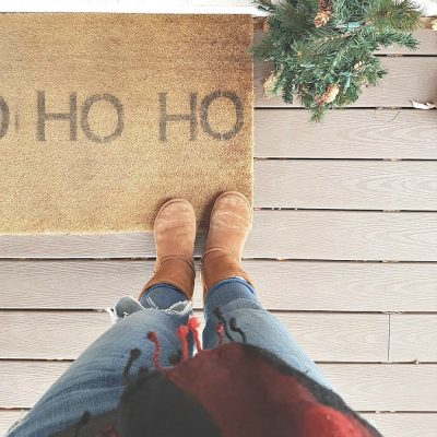 DIY #christmas #doormat. Make this easy holiday doormat for your front porch!