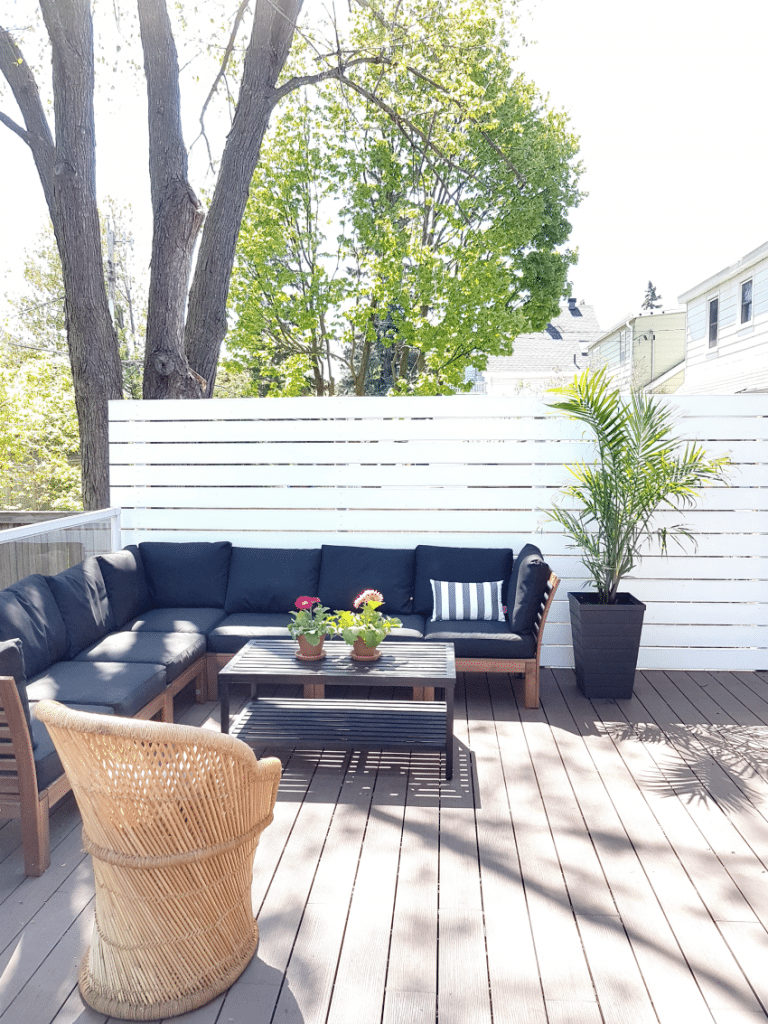 How to build a privacy screen for your backyard deck! This step-by-step tutorial shows you how to DIY a modern privacy screen on a budget. #DIYproject #privacyscreen #DIYideas #backyardideas #deck