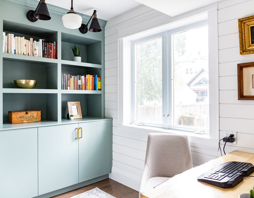 Contemporary Home Office Makeover. Click through for home office decor ideas to create a modern, stylish space! Featuring shiplap, built ins, and great accessories.